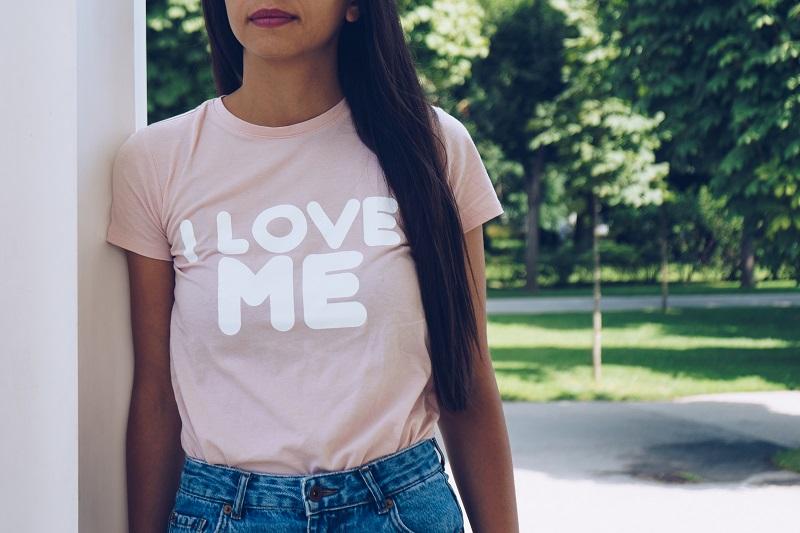 Koszulka z własnym nadrukiem – sposób na wyrażenie swojej osobowości